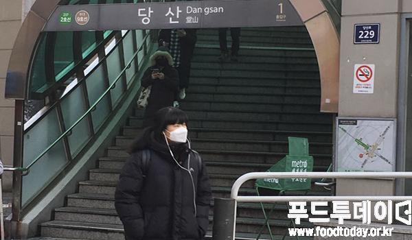 18일 아침 당산역 출근길에 미세먼지 농도가 '나쁨'수준을 보이고 있어 마스크를 쓰고 있다