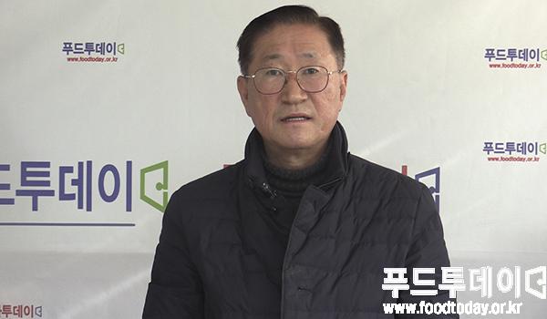장건 한국할랄산업연구원장이 푸드투데이 창간 17주년 축하 인사를 하고 있다