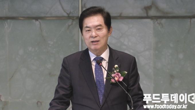 류영진 처장이 27일 서울 중구 더프라자호텔에서 열린 한국식품산업협회 정기총회에 참석해 인사말을 하고 있다.
