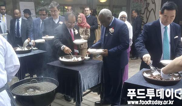 지난 9일 강원도 춘천 남이섬에서 열린 국내 최초 할랄 한우고기 시식회에 초청된 이슬람권 외교관들이 한우를 맛보고 있다.